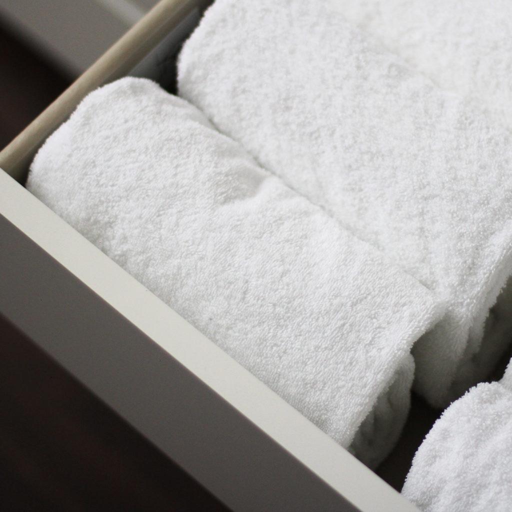 Handdoeken vouw je en zet je rechtop in de la.